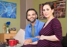 Couples de attente heureux Photographie stock libre de droits