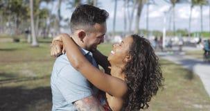 Couples de baiser amoureux en soleil lumineux clips vidéos