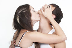 Couples de baiser de beaux jeunes Image stock