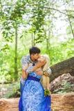 Couples de baiser de jeunes contre la nature Photographie stock