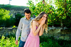 Couples de baiser de jeunes sous le grand arbre avec l'oscillation Photos libres de droits