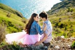 Couples de beauté détendant sur le champ de blé ensemble Amie adolescente et ami ayant l'amusement dehors, embrassant et images libres de droits