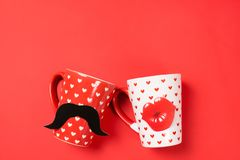 Couples de belles tasses sur le rouge photos stock
