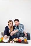 Couples de Beutifull prenant un petit déjeuner Images libres de droits