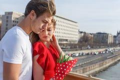 Couples de câlin ensemble la première date Image libre de droits