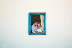 Couples de caresse dans l'amour Image stock