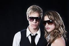 Couples de charme dans des lunettes de soleil Image stock