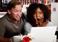 Couples de chemin mélangé dans le café avec des élém. d'ordinateur portatif Image libre de droits