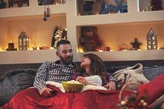 Couples de Chrismas d'amour dans la chambre à coucher Photographie stock