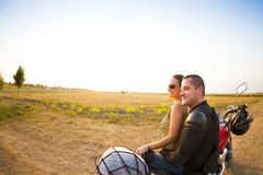 Couples de cycliste sur la route de campagne contre le ciel Photographie stock libre de droits