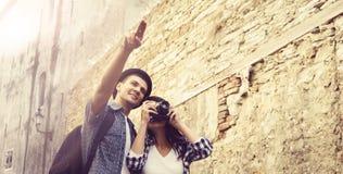 Couples de déplacement ayant une promenade sur la rue de Bohème en Europe Images stock