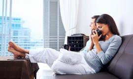 Couples de détente photographie stock libre de droits