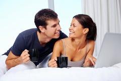 Couples de détente images stock
