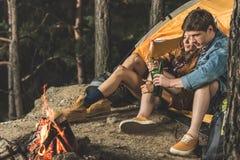 couples de détente sur augmenter la bière potable de voyage ensemble tout en se reposant Image libre de droits