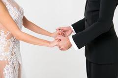 Couples de danse de Ballrom dans l'amour, jugeant des mains d'isolement sur le bachground blanc Photos libres de droits