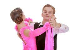 Couples de danse de la jeunesse dans beaux survêtements images stock