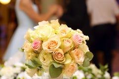 Couples de danse pendant la célébration de mariage Images stock