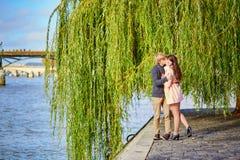 Couples de datation à Paris une belle journée de printemps Photos libres de droits