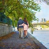 Couples de datation à Paris une journée de printemps Images libres de droits
