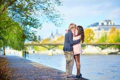 Couples de datation à Paris une journée de printemps Photographie stock libre de droits