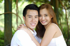 Couples de datation dehors dans des relations heureuses Photographie stock libre de droits