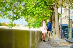 Couples de datation à Paris une journée de printemps Images stock