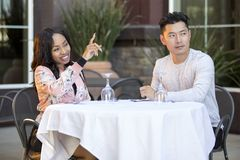 Couples de datation passant commande à un restaurant extérieur photos libres de droits