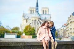Couples de datation sur le remblai de la Seine à Paris Image libre de droits