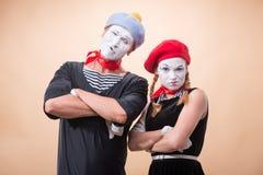 Couples de deux pantomimes drôles d'isolement sur le fond Images libres de droits