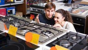 Couples de famille achetant la nouvelle cuisinière à gaz Photo libre de droits