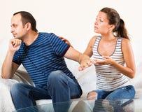 Couples de famille ayant la conversation sérieuse Images libres de droits