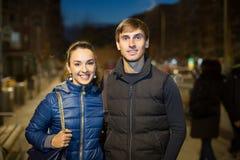 Couples de famille ayant une promenade de ville Image libre de droits