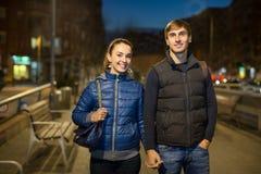 Couples de famille ayant une promenade de ville Photos stock