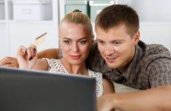 Couples de famille faisant l'achat au-dessus de l'Internet Image stock