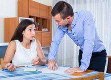 Couples de famille faisant la liste d'achats Images libres de droits