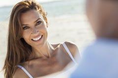 Couples de femme d'homme âgés par milieu à la plage photos stock