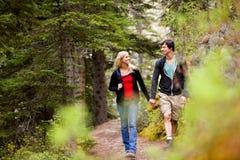 Couples de forêt de promenade Photos libres de droits