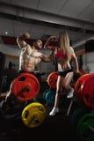 Couples de forme physique dans le gymnase Images stock