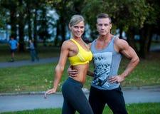 Couples de forme physique sur une séance d'entraînement de rue photos stock