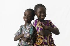 Couples de frère africain et de soeur posant dans le studio, d'isolement photo libre de droits