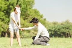 Couples de golf image libre de droits