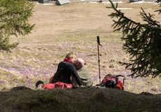 Couples de hausse heureux faisant une pause sur la traînée de montagne en vallée de Chocholowska, Tatra, Photos stock