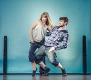 Couples de hip-hop de danse de jeune homme et de femme Image stock