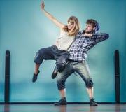 Couples de hip-hop de danse de jeune homme et de femme Images libres de droits