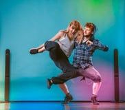 Couples de hip-hop de danse de jeune homme et de femme Image libre de droits