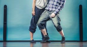 Couples de hip-hop de danse de jeune homme et de femme Photos stock