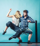 Couples de hip-hop de danse de jeune homme et de femme Photographie stock