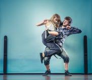 Couples de hip-hop de danse de jeune homme et de femme Photo libre de droits