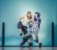 Couples de hip-hop de danse de jeune homme et de femme Images stock