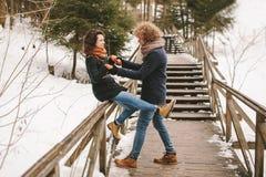 Couples de hippie ayant l'amusement dans la forêt d'hiver Photographie stock libre de droits